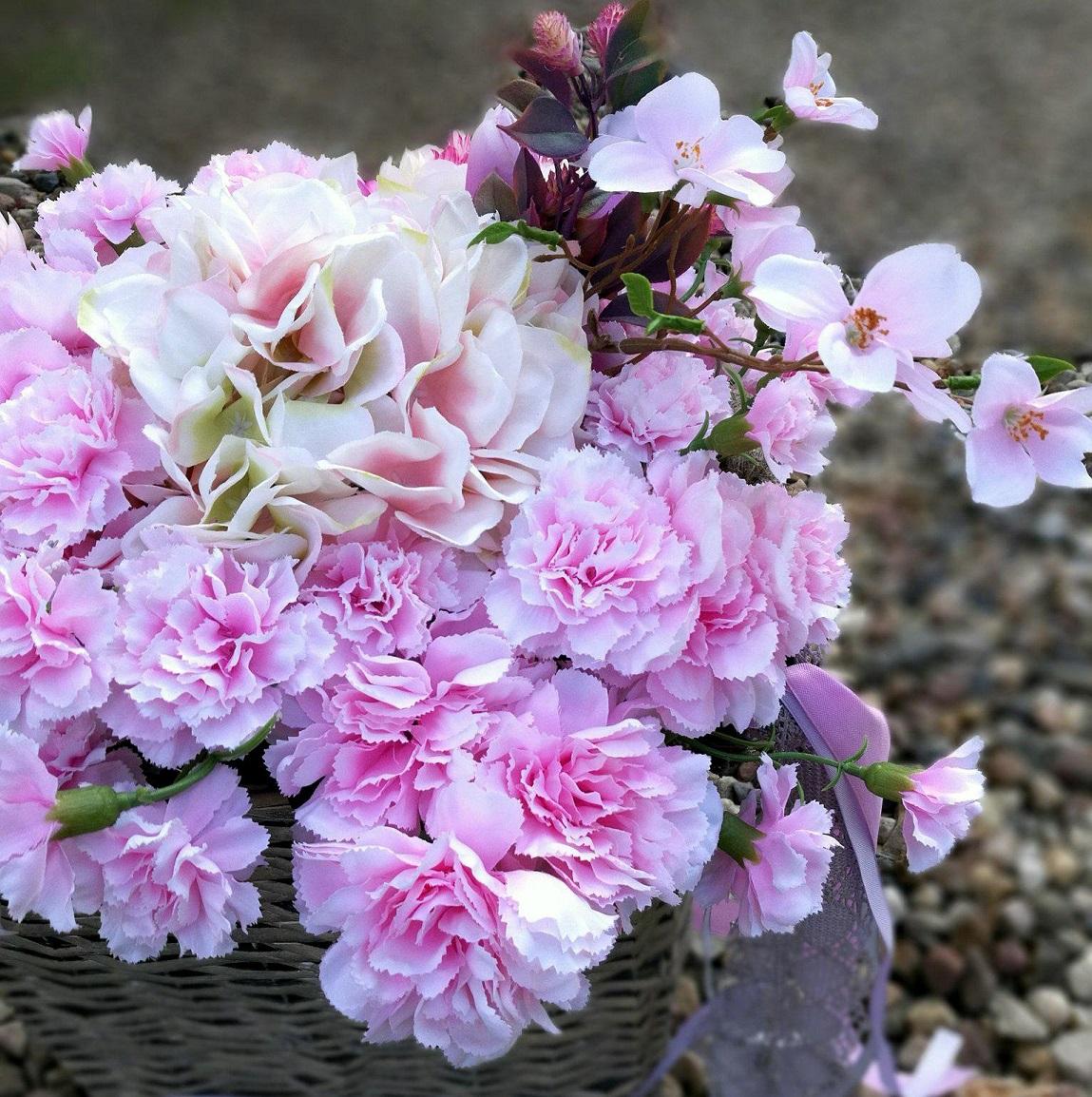 kosz z różowymi kwiatami
