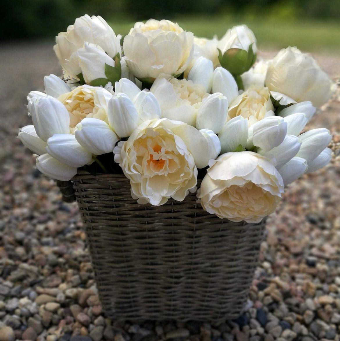 kosz z białymi kwiatami