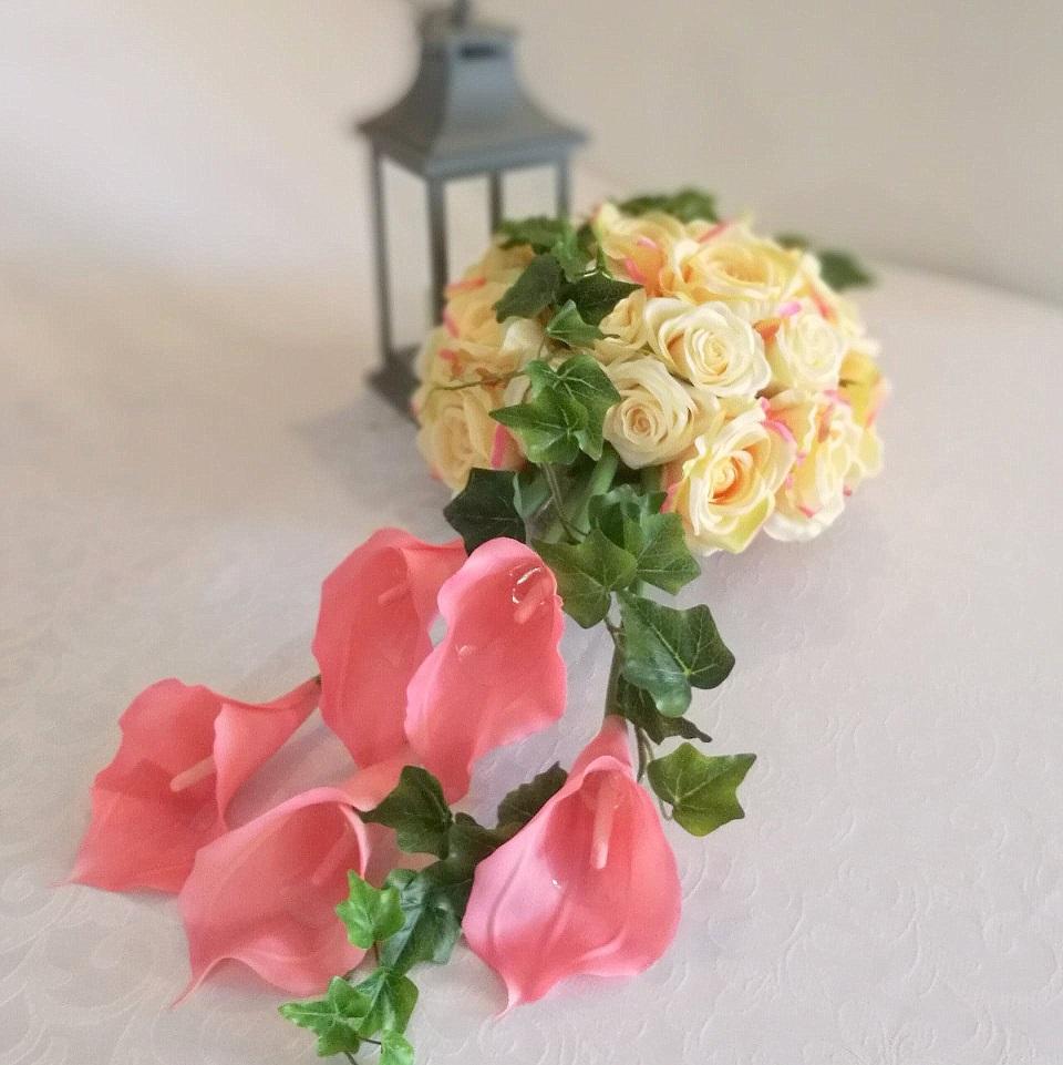 Kompozycja z kaliami i różami