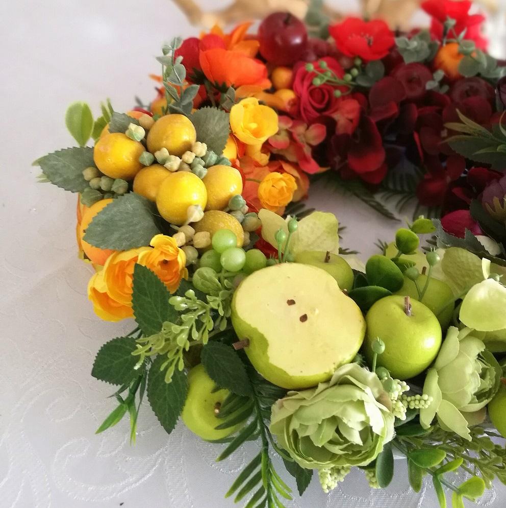 Wianek wiklinowy z owocami