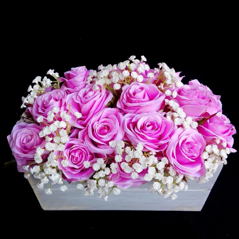 Róże w drewnianej skrzyneczce
