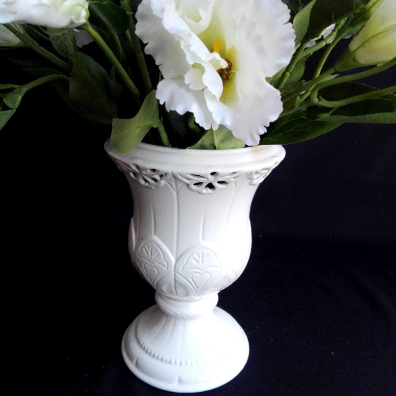 sztuczne kwiaty w wazonie