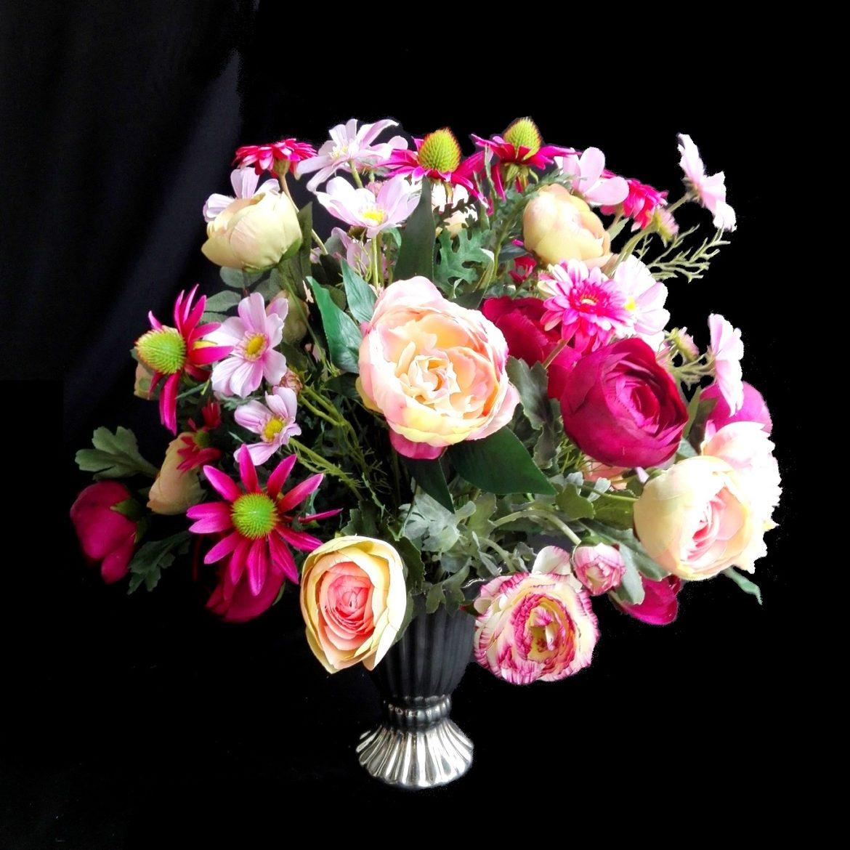 wazon z kwiatami sztucznymi