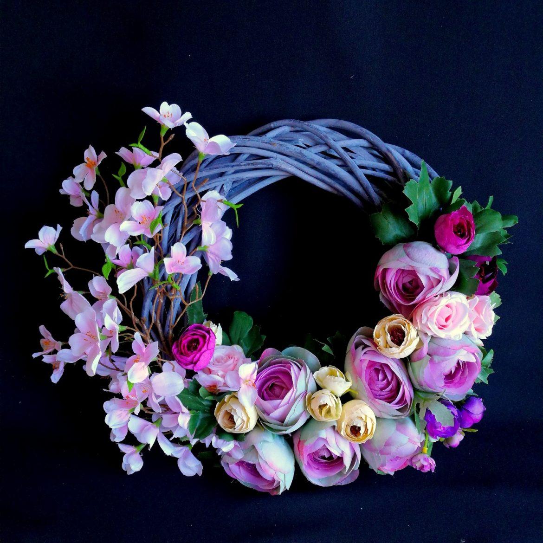 wianek z kwiatów sztucznych