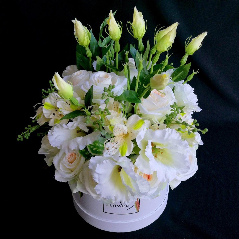 Biały box kwiatowy z różami