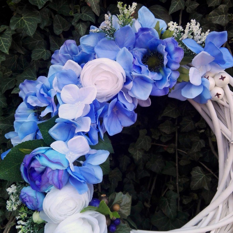 biały wianek z niebieskimi kwiatami