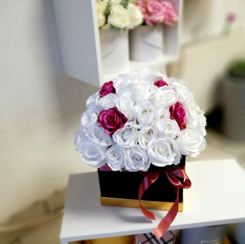 Czarny flower box z białymi różami nr. 130