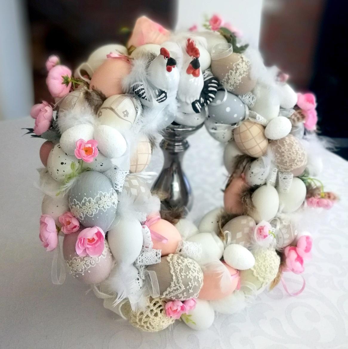 Wianek z porcelanowymi kogutami i koronką