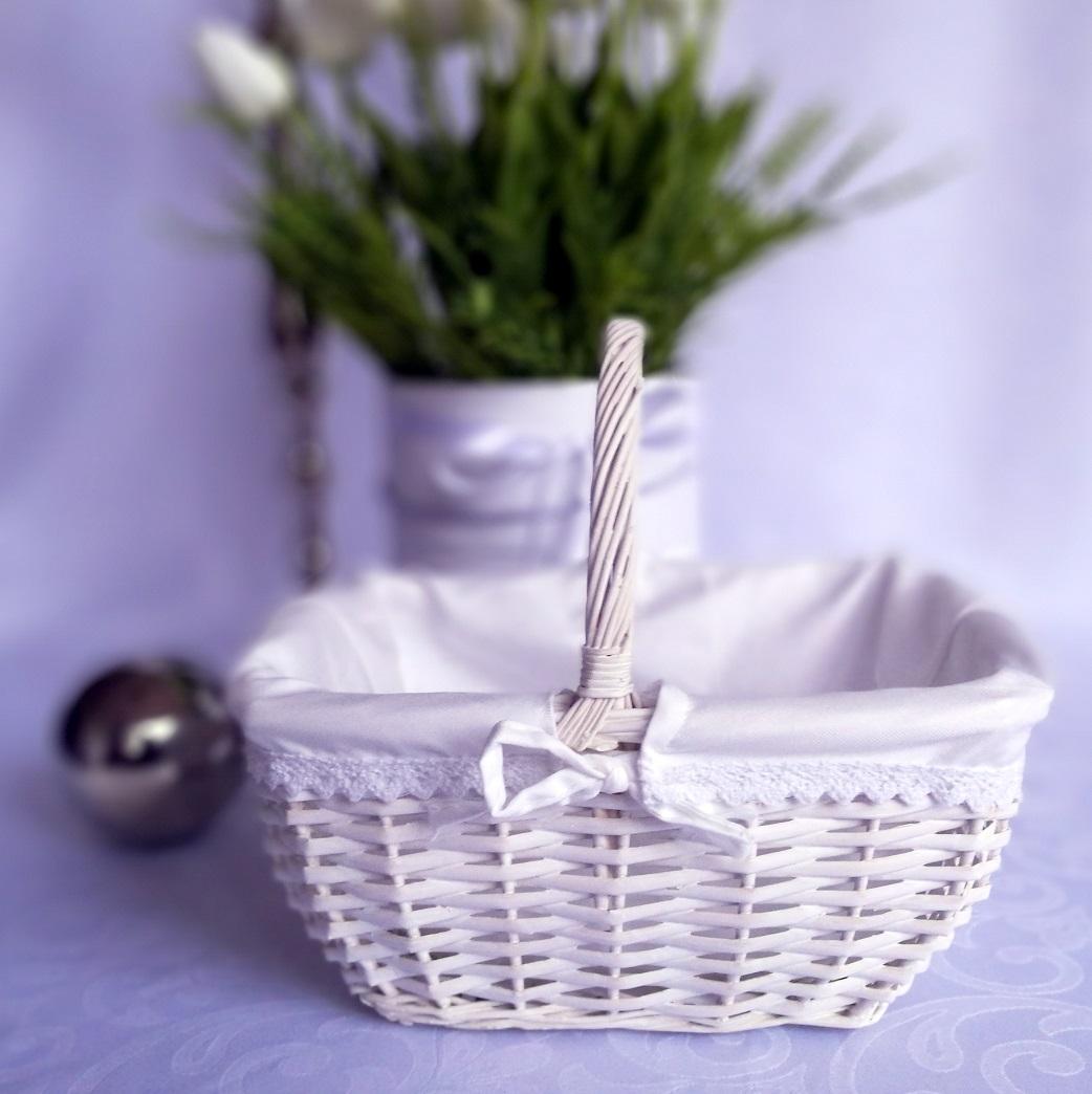 Biały koszyk wielkanocny
