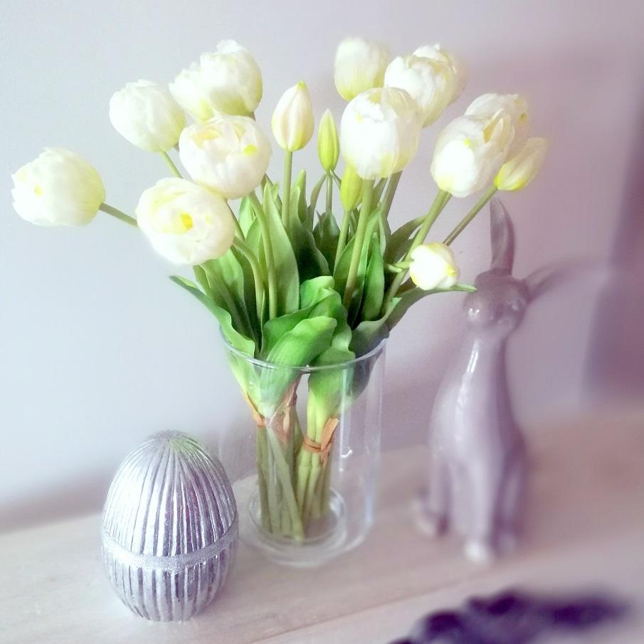 Bukiet gumowych tulipanów w wazonie 3
