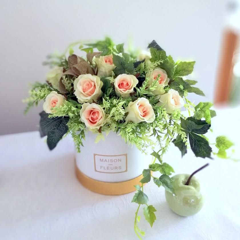 Białe pudełko z różami Pocałunek nr 323