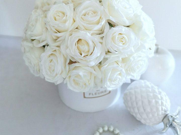 Białe dekoracje kwiatowe na I Komunię Świętą