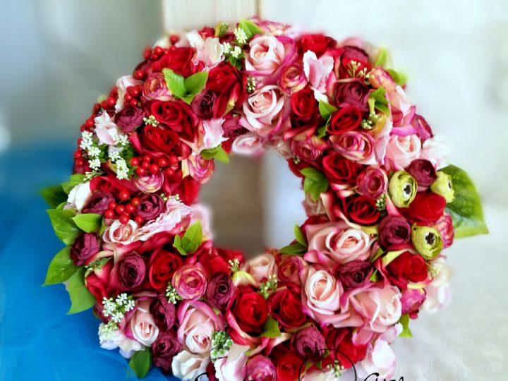 Zachwycające dekoracje kwiatowe, czyli dom latem