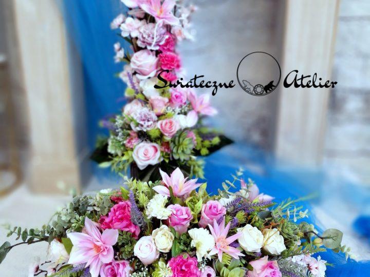 Zestawy nagrobne ze sztucznych kwiatów na ciemny nagrobek