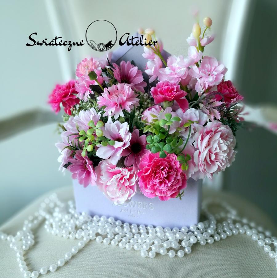 koperty ze sztucznymi kwiatami